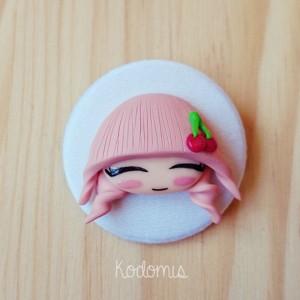 chapa con muñeca fruta cereza en color pastel