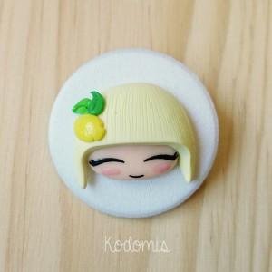 chapa con muñeca fruta limón en color pastel