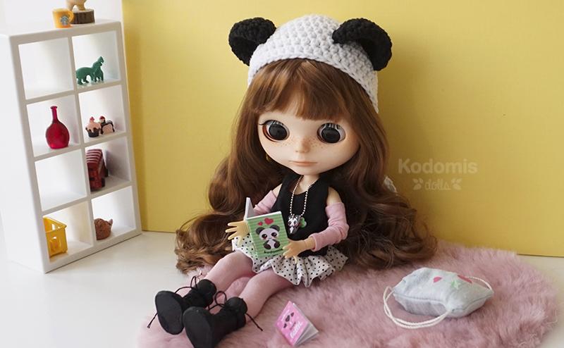 Blythe Midori Panda leyendo